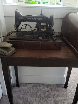 Antique Singer sewing machine with Wood Desk and cover/foot Pedal for Sale in Portland,  OR