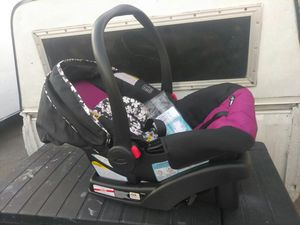 INFANT car seat and Base used one time solo fue usado una vez esta semy Nuevo location Maryland between Eastern for Sale in Las Vegas, NV