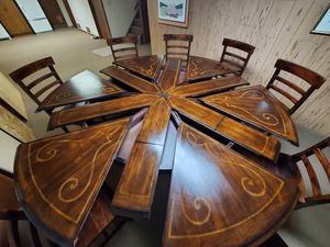 JUPE TABLE, EXPANDABLE ROUND TO ROUND for Sale in Ashland, NE