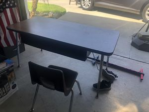 School desk/table and chair for Sale in Buena Park, CA