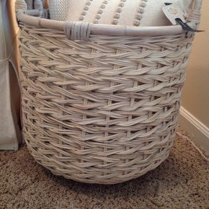BEAUTIFUL NEW WHITEWASH BASKET ~ PERFECT FOR THROW PILLOWS & THROW BLANKETS for Sale in Thousand Oaks, CA