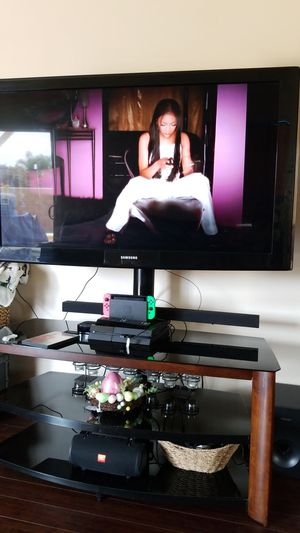 Samsung 60 inch TV with stand. for Sale in Whittier, CA