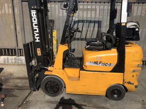 Hyndai Forklift with only 3000 hrs. Triple stage with sideshifter, 3K lbs. capacity. for Sale in Long Beach, CA
