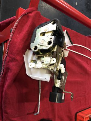 2000-2004 Toyota Avalon left side door latch actuator with handle for Sale in Chula Vista, CA