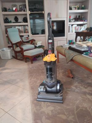 Dyson DC33 Upright Bagless Vacuum Cleaner for Sale in Margate, FL