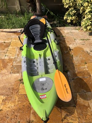Single kayak 9 feet the brand is white knuckle it comes with ores and paddles for Sale in Hollywood, FL