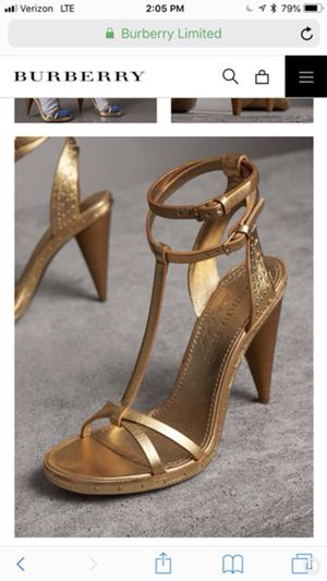 BURBERRY GOLD HEEL for Sale in Bronx, NY