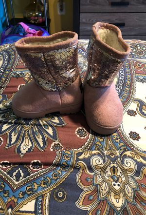 Baby girl fur boots size 5 for Sale in Waldorf, MD