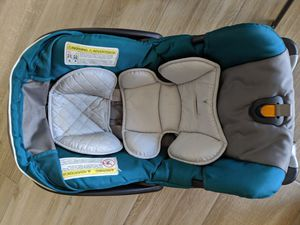 Chicco keyfit car seat with infant insert and TWO bases for Sale in Chandler, AZ