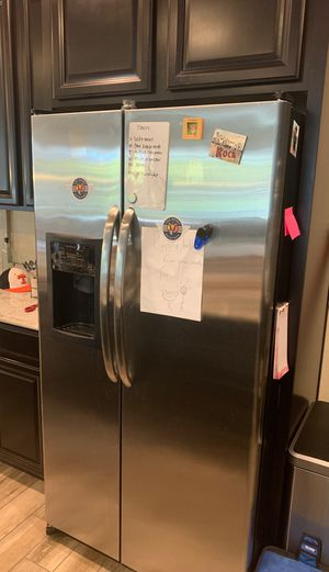 5 year old - Stainless Steel Side by Side Fridge/Freezer for Sale in Henderson, NV