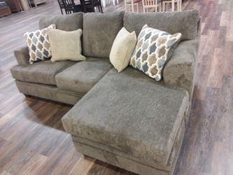 REVERSIBLE CHAISE SECTIONAL SOFA WITH ACCENT PILLOWS for Sale in Richardson,  TX