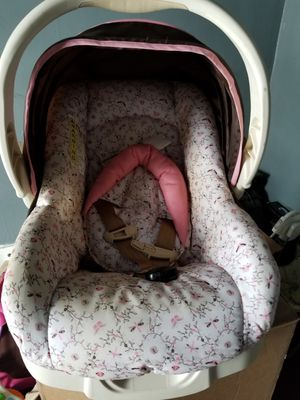 car seat wit base for Sale in Smiths Grove, KY