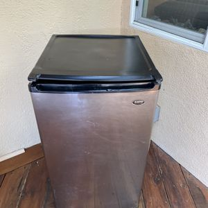 Sanio Refrigerator With Ice maker for Sale in Lake Forest, CA