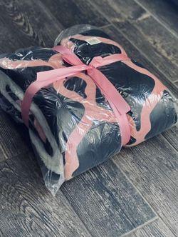 Brand New Black/Pink/White Throw Blanket for Sale in Nashville,  TN