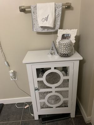 White side table for Sale in Kalamazoo, MI