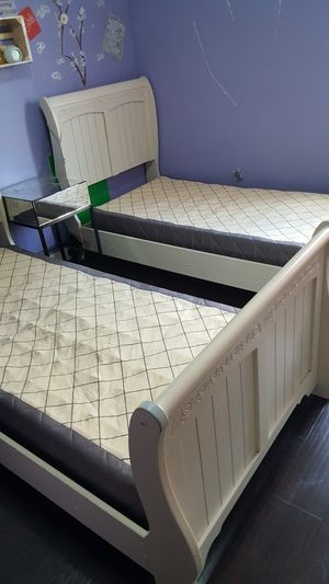 2 twins bed with box spring for Sale in Los Angeles, CA