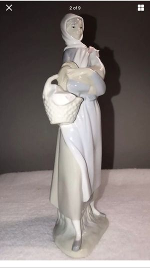 Lladro lady Figurine Excellent Condition for Sale in Kirtland, OH