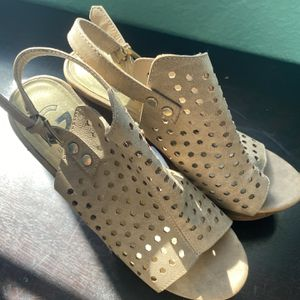 G By Guess Tan Sandal Size 7 for Sale in Hialeah, FL