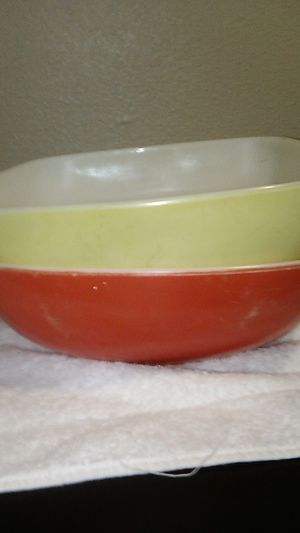 RED AND YELLOW/ PYREX BOWL(S HOSTESS for Sale in Gresham, OR