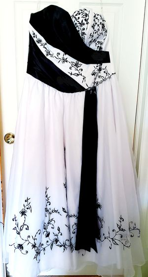 Wedding dress, Black and White, Size 12, Princess Full Ballroom style, without train, corset style back by Ellyanne Creations for Sale in BTLMT MESA, CO
