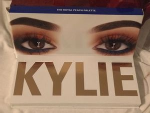 Eyeshadow palette, kylie jenner peaches for Sale in Lawrenceville, GA