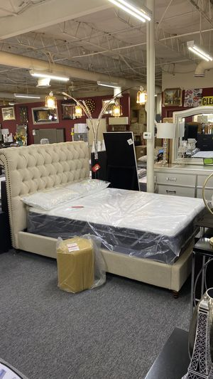 Queen Platform Bed Tufted Fabric with Nailheads 1T 4S for Sale in Euless, TX