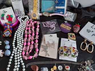 JEWLERY LOT II THIS ONE HAS A LOT OF GOOD VALUE VINTAGE & BRAND NEW MOST WEARABLE 40+ ITEMS GET EVERYTHING YOU SEE IN PICTURE 15 oz some Need Repair, for Sale in Layton,  UT