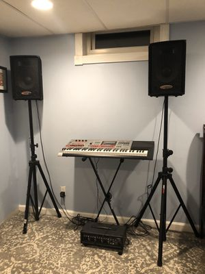 Casio keyboard with amp and 2 speakers and speaker stands for Sale in St. Louis, MO