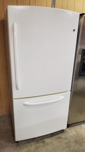 G/E refrigerator freezer on the bottom works good for Sale in Seffner, FL