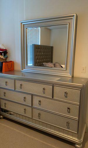 Dresser with mirror for Sale in West Palm Beach, FL