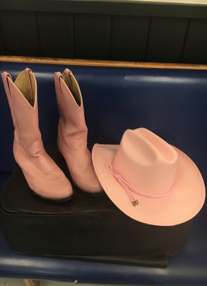 Smokey mountain boots size 6. But run big fits like a 71/2-8. Also matching pink hat. Only worn twice look great for Sale in Plant City, FL