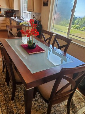 A BEAUTIFUL CONTEMPORARY DINNING SET FOR SALE for Sale in Hayward, CA