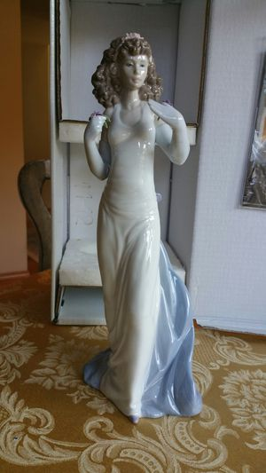 Beautiful LLADRO Figurine with box. for Sale in Snohomish, WA