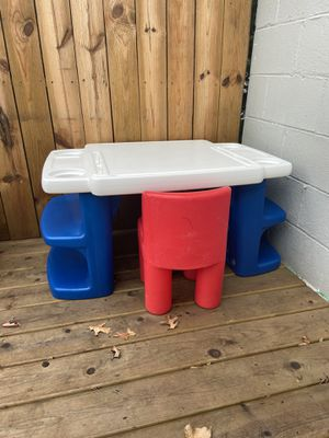 Kids Desk and Chair for Sale in Columbus, OH