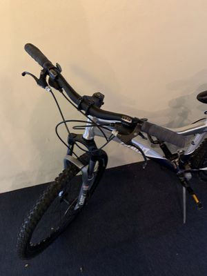 Giant bike excellent condition front tire needs air.. 200 or bo for Sale in Manalapan Township, NJ