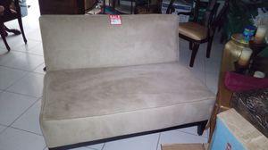 Sofá pequeño de 50 pulgadas en perfectas condiciones for Sale in Miami, FL