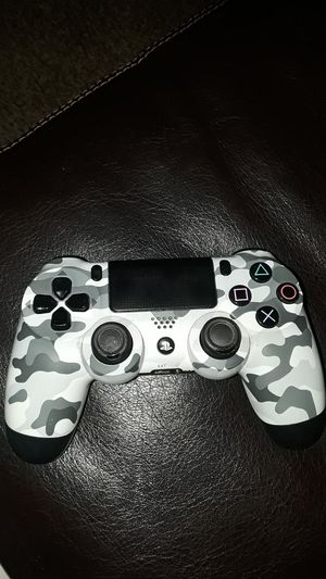 Ps4 controllers and 2 headsets for Sale in Fresno, CA