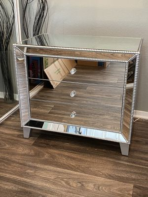 "Liza 30"" wide mirrored accent table for Sale in Las Vegas, NV"