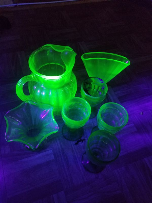Uranium glass set picture Ford matching drinking glasses, drinking pitcher & 2 flower vases