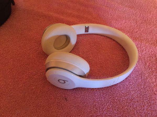 Powerbeats wireless Bluetooth headphones in ear used condition good