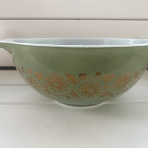 Vintage 1962 Pyrex sage green gold medallion casserole 2.5 qt Cinderella bowl (443) for Sale in Orlando, FL