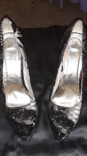 Black ,white and red Rosette heels- size 9 for Sale in Las Vegas, NV