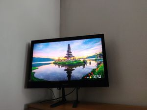 Emerson 32 inch TV + TV stand for Sale in Redmond, WA