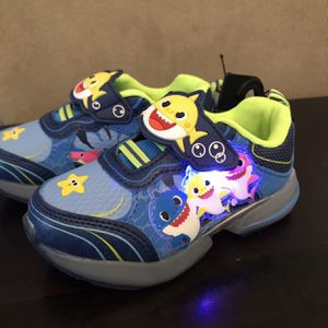 New with tags light up baby shark size 7 sneaker for Sale in Homestead, FL