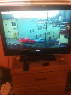 """32"""" vizio with 3hdmi ports and remote for Sale in Oak Hills, CA"""