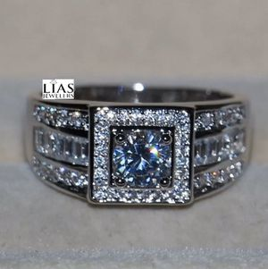 New 18 k white gold men wedding ring for Sale in Orlando, FL