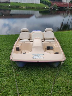 Pedal boat ASL and 3 life jackets- 5 person boat for Sale in Sunrise, FL
