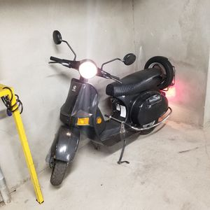 Bajaj chetak 4 Stroke. 2006 Solo Para partes . No Papeles for Sale in Los Angeles, CA