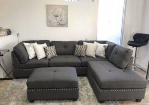 """New in box grey sectional sofa ottoman included/ reversible chaise 104""""x75"""" for Sale in Long Beach, CA"""