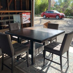 Kitchen Table And Chairs for Sale in Calabasas, CA